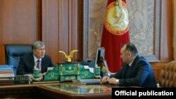Президент Алмазбек Атамбаев и министр энергетики Кубанычбек Турдубаев.