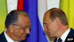 În 2003, președintele României Ion Iliescu este primit la Kremlin de președintele Federației Ruse Vladimir Putin.