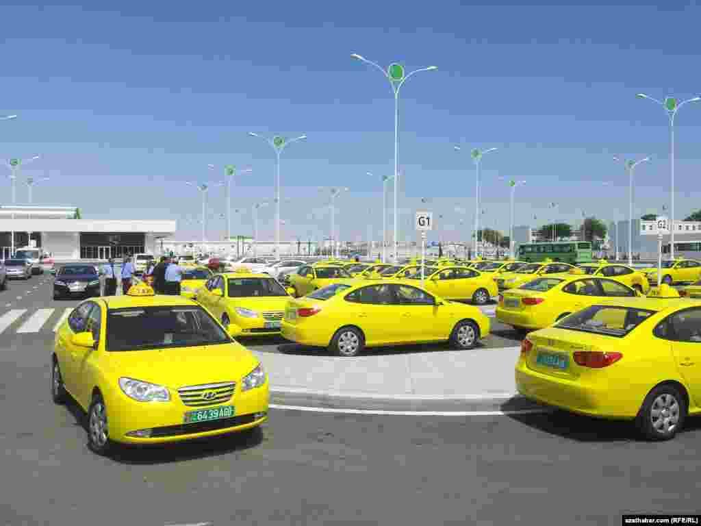 Aşgabadyň aerportunyň öňünde diňe döwlet taksileri we awtobuslary säginip bilýär.