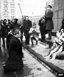 ისტორიული ვიზიტი: ვარშავის გეტოს მსხვერპლთა მემორიალთან მუხლმოდრეკილი ვილი ბრანდტი. 1970 წ. 7 დეკემბერი.