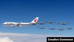 «Боинг» 747, который перевозит президента Китая Си Цзиньпина, закрепленный роем истребителей над Пакистаном в 2015 году