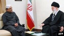 Президент Пакистану Асіф Алі Зардарі (ліворуч) на переговорах з верховним лідером аятолою Алі Хаменеї в Тегерані, 25 лютого 2013 року