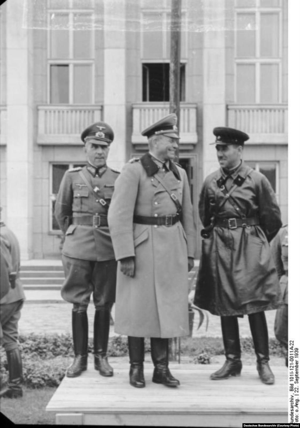 Кызыл армия менен нацисттик аскерлердин Бресттеги орток парады маалында. 22-сентябрь, 1939-жыл.