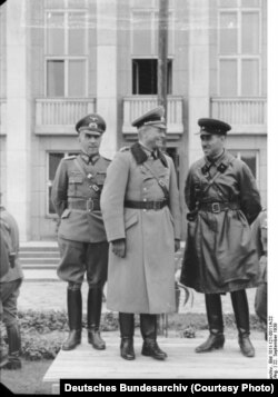 Військовослужбовці Німеччини і СРСР під час урочистостей в рамках військового параду з нагоди поділу земель, що належали до того Польщі. Брест-Литовський, 22 вересня 1939 року