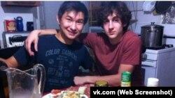 Диас Қадырбаевтың (сол жақта) Джохар Царнаевпен түскен суреті. Vk.com әлеуметтік желісінен 23 сәуір 2013 жылы алынған сурет.