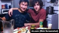 """Фотография Диаса Кадырбаева (слева) и Джохара Царнаева в социальной сети """"ВКонтакте""""."""
