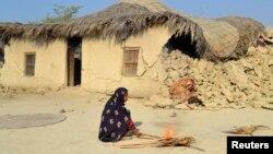 После землетрясения, произошедшего во вторник в пакистанской провинции Белуджистан. 27 сентября 2013 года.