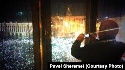 Сенатор Джон Маккейн робить фото Майдану, 14 грудня 2013 року