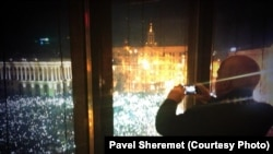 Senator McCain Kiyevdə Həmkarlar ittifaqının binasından aksiyanı seyr edir, foto çəkir. 14 dekabr 2013