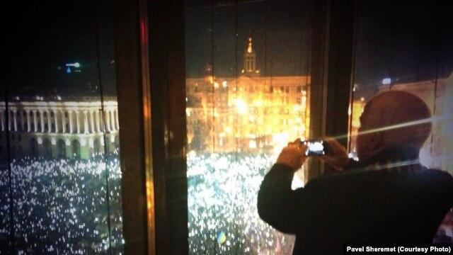 سناتور مککین در حال گرفتن عکس از تظاهرات در کیف