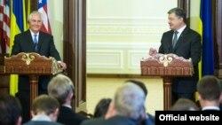Украинанын президенти Петро Порошенко жана АКШнын маалымат катчысы Рекс Тиллерсон.