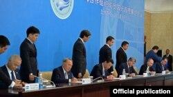 ШЫҰ саммитіне қатысқан ұйымға мүше мемлекет басшылары Бішкек декларациясына қол қойып жатыр. 13 қыркүйек 2013 жыл.