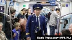 В вагоне метро. Алматы. Иллюстративное фото.