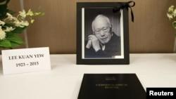 Фотография Ли Куан Ю рядом с книгой для соболезнвоаний в здании посольства Сингапура в Филлипинах.