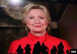 АҚШ президенті болудан үміткер Хиллари Клинтон жақтастарына видео жолдау жасап тұр. Пенсильвания, 26 шілде 2016 жыл.