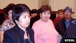 Участники движения «За достойное жилье» ждут встречи с заместителем акима Астаны Сергеем Хорошуном. Астана, 8 октября 2008 года.
