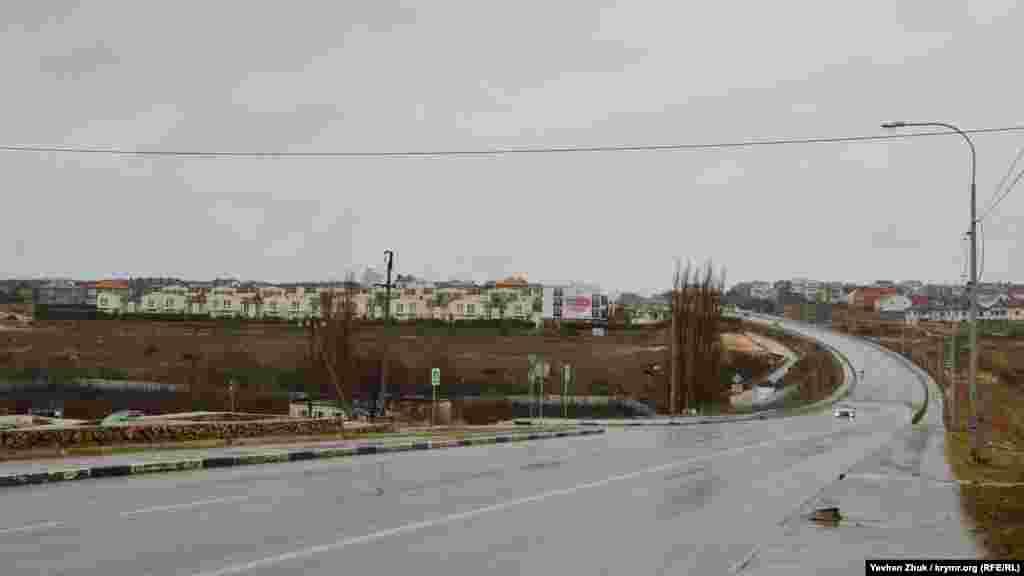 Только в одном месте балку Сарандинаки пересекает дорога, которая ведет с 5-го километра Балаклавского шоссе к Сапун-горе