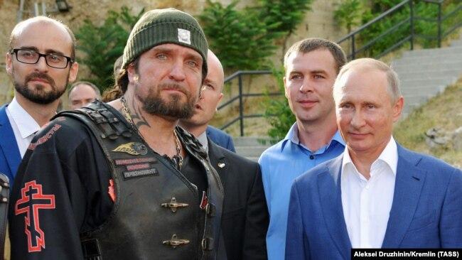 Udhëheqësi i Ujqërve të Natës, Aleksandr Zaldostanov, dhe presidenti rus, Vladimir Putin. Krime, 2017.