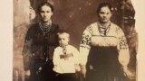 Розкуркулений рід: Федосія Брюховецька (ліворуч) із сином Колею та кумою. Село Обложки, Сумщина. 1915 рік