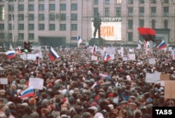 Мітинг у столиці тоді ще СРСР, на якому майорять і українські прапори (червоно-чорний та синьо-жовтий). Москва, 28 березня 1991 року. Українці брали активну участь в масових акціях у Москві, які, в кінцевому результаті, призвели до розпаду радянської імперії. Зокрема, із 1989 року в Москві діяла організація з назвою «ОУН-РУХ», яку очолював Петро Перепуст