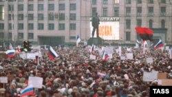 Miting în capitala URSS, unde steagurile ucrainene sunt observate fluturând în public. Evenimentul are loc înainte de puciul din august 1991, la data de 28 martie 1991.