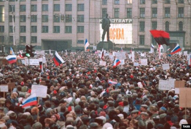 Мітинг у Москві, на якому майорять і українські прапори (червоно-чорний та синьо-жовтий), 28 березня 1991 року
