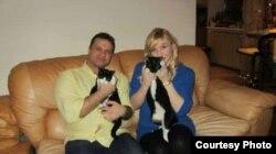 Алексей Тихомиров с женой и котами