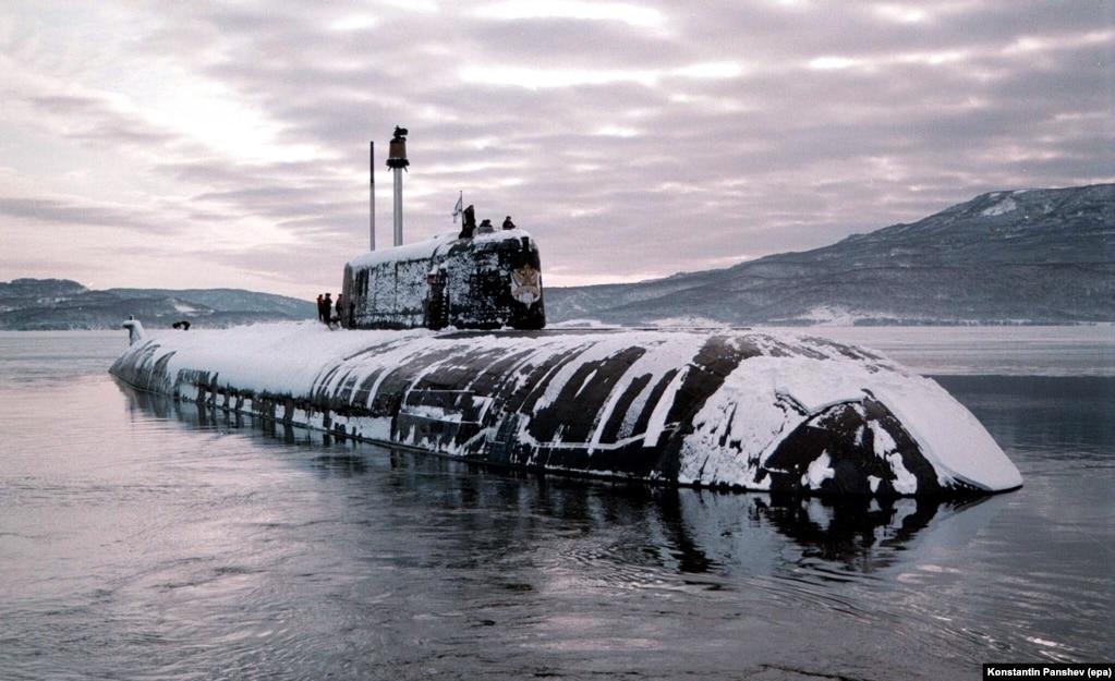 Атомная подводная лодка у Курильской гряды в 1998 г. Еще один фактор, привязывающий Россию к островам: военная стратегия. Глубоководные коридоры между островами позволяют российским подлодкам выходить в Тихий океан