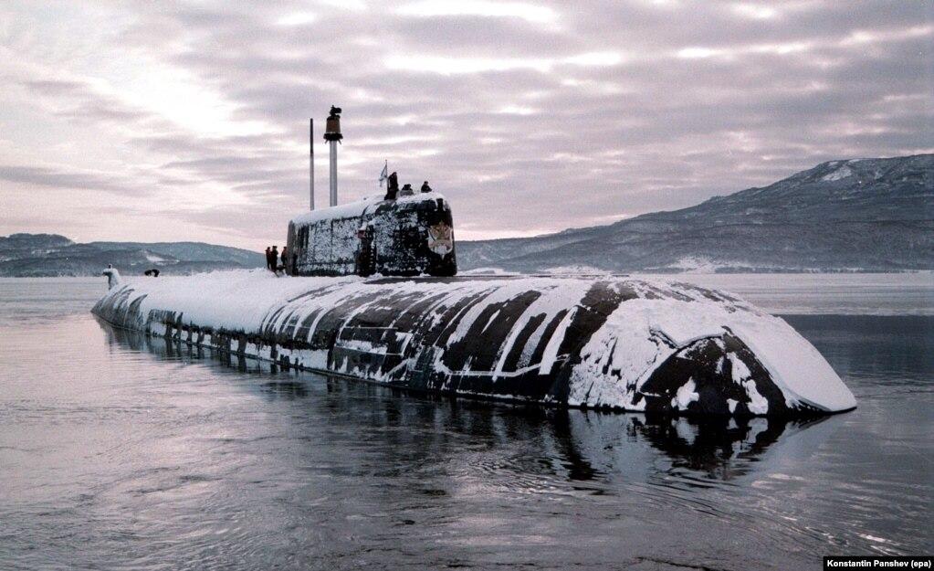 Një nëndetëse nukleare afër ishujve Kurile në vitin 1998. Një faktor tjetër që mban ende interesin e Rusisë në ishujt jugor është strategjia aktuale ushtarake. Ujërat e thella në mes të ishujve jugor të Kuriles i lejojnë nëndetësve ruse një koridor të fshehtë në Oqeanin Pacifik.