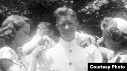 Выпускник Военно-морской академии в Аннаполисе с женой Розалин и матерью Лилиан. 1946