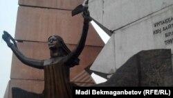 Алматыдағы «Тәуелсіздік таңы» ескерткішіндегі әйел бейнесі.