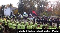 Polițiști și demonstranți în apropirea clădirii Parlamentului la Kiev