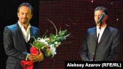 """Швейцарский актер Венсан Перес (слева) выступает перед посетителями кинофестиваля """"Евразия"""". Алматы, 21 сентября 2012 года."""