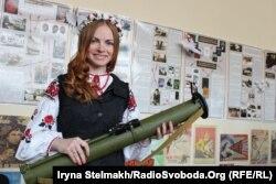 Анастасія Самойленко позує для чергового патріотичного плакату
