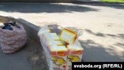 Пакупнікі купляюць цукар пакункамі.