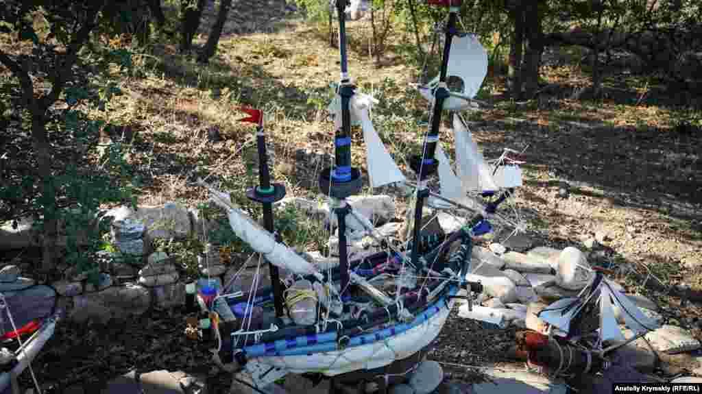 Из пластикового хлама собрана целая парусная эскадра