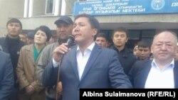 Дайыр Кенекеев Таласта митингчилер алдында, 16-октябрь 2017-жыл