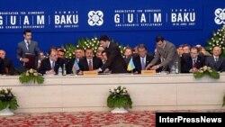 В прошлом году саммит ГУАМ прошел в Баку. Политологи считают, что , среди прочего, государства-участники организации ищут в этом объединении защиты от возможного давления со стороны России