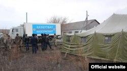 Сотрудники чрезвычайных служб в селе Сарытобе, где сложилась паводкоопасная ситуация. 12 апреля 2015 года. Фото ДЧС Карагандинской области.