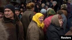 Черга за гуманітарною допомогою в Дебальцеві, березень 2015 року