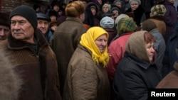 Очередь за гуманитарной помощью, Дебальцево, Донецкая область Украины, территория, контролируемая сепаратистами, март 2015 года