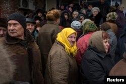 Люди в очікуванні гуманітарної допомоги у Дебальцеві, 17 березня 2015