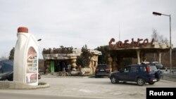 """Бензиностанция край Омуртаг, имитираща дома на """"Семейство Флинтстоунс"""". За икономистите малките играчи могат да имат по-видим ефект върху сектора, отколкото държавната верига за продажба на горива"""