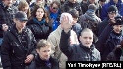 Опозицискиот лидер Сергеј Удалцов на протестите пред националната телевизија во Москва