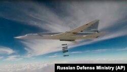 Бомбардировщик Ту-22 ВКС России наносит удар по позициям джихадистов в провинции Дер-эз-Зор. 1 ноября