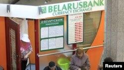 Щоб купити в Білорусі валюту, її тепер іще треба дочекатися