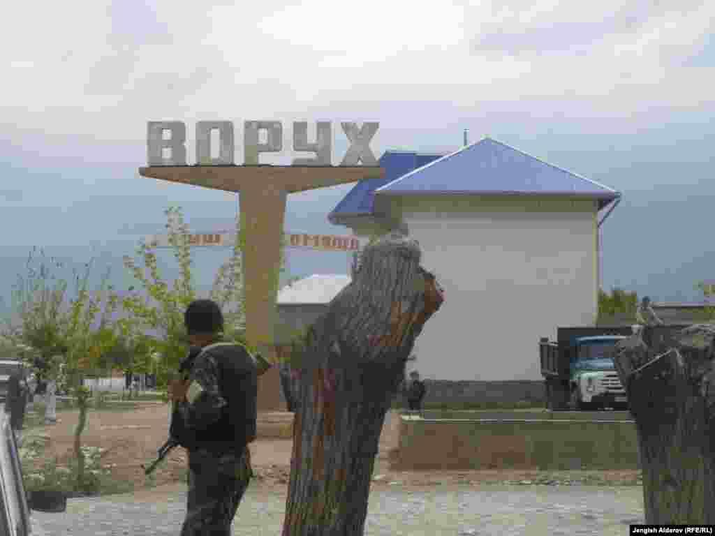 Ворух анклавы менен Ак-Сай айылынын чегиндеги кыргыз чек арачысы, 29-апрель, 2013.