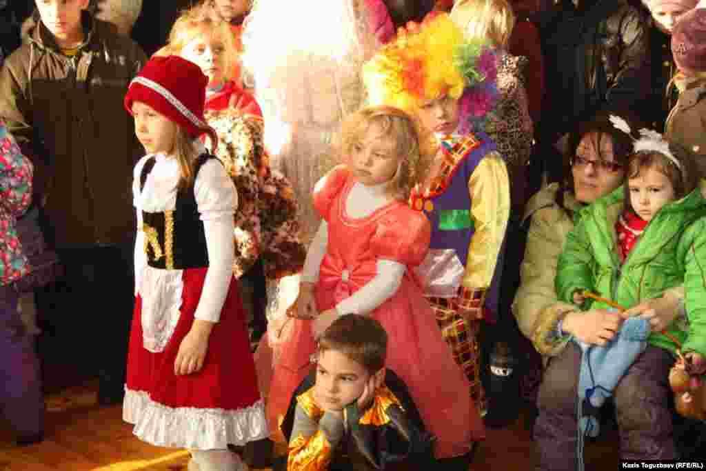 Юные зрители спектакля на рождественскую тему.Алматы, 7 января 2013 года.