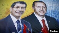 Hakim AKP tərəfdarları seçki yürüşü zamanı R.T.Erdoğan və A.Davutoğlu-nun əks olunduğu banneri tuturlar 2015