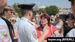 Полиция оцепила рынок в центре города Симферополя в Крыму, где начался демонтаж торговых точек. 6 июля 2015 года.